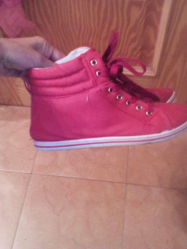 Imagen zapatillas rojas