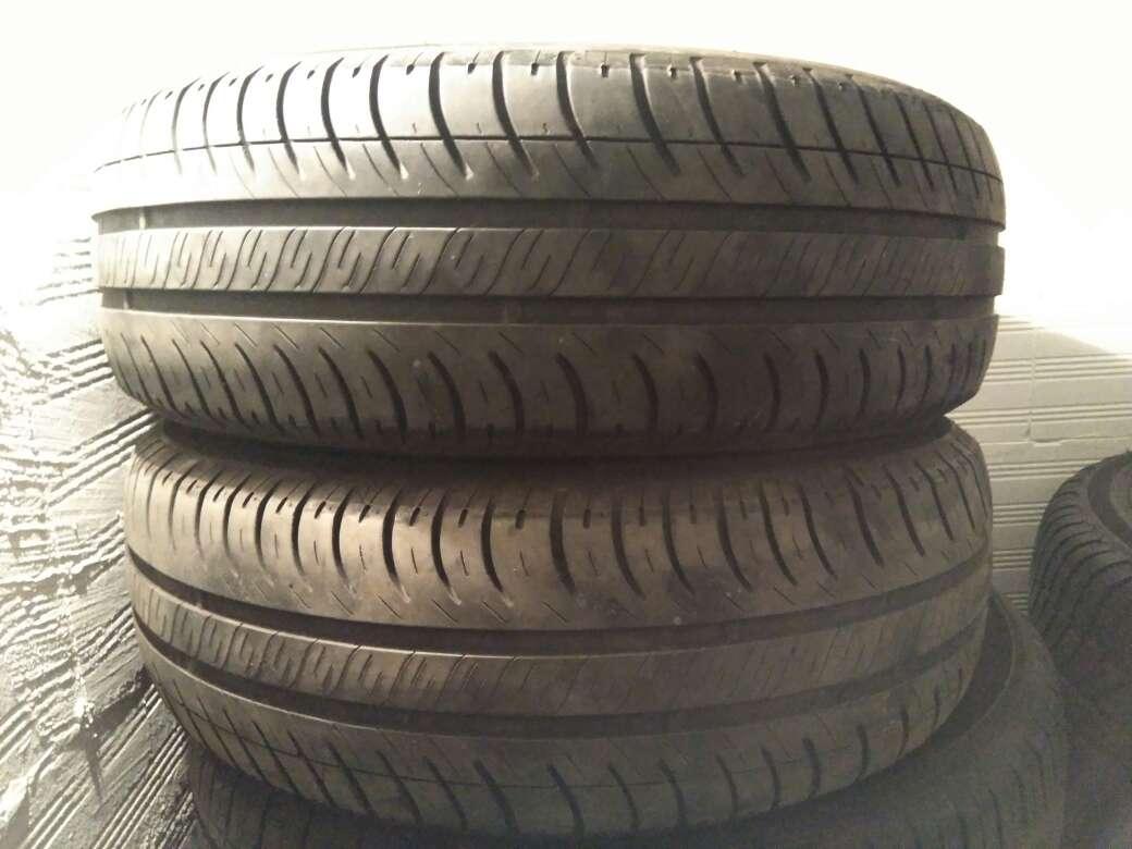 Imagen dos neumáticos usados