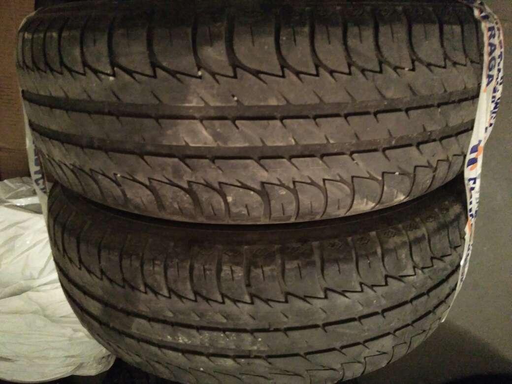 Imagen dos neumáticos coche usados