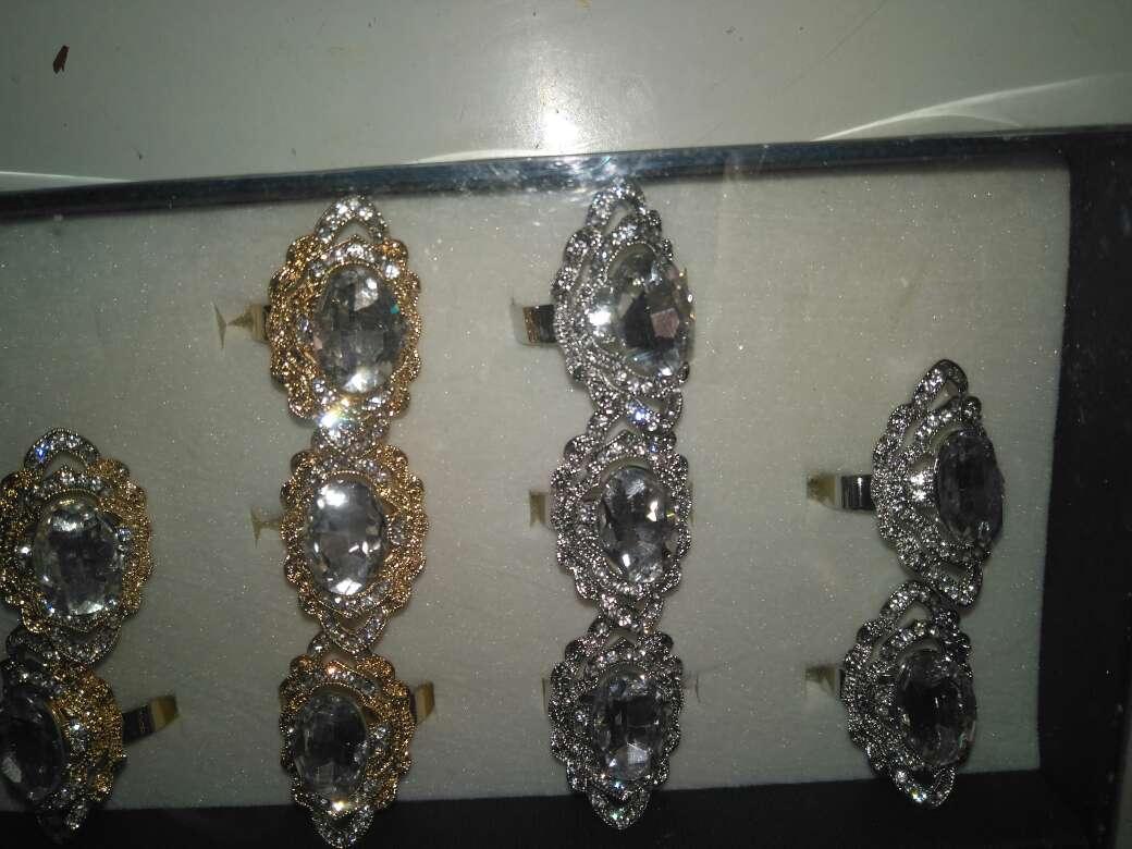 Imagen expositor con 12 anillos nuevos