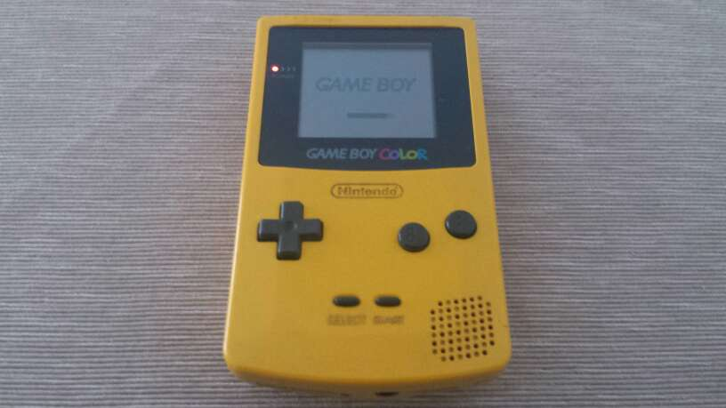 Imagen Game Boy Color con tapa de pilas