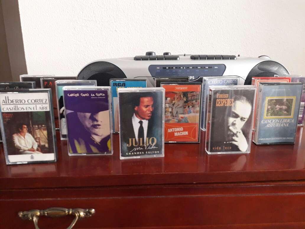 Imagen radio cassette + co lección de cassettes