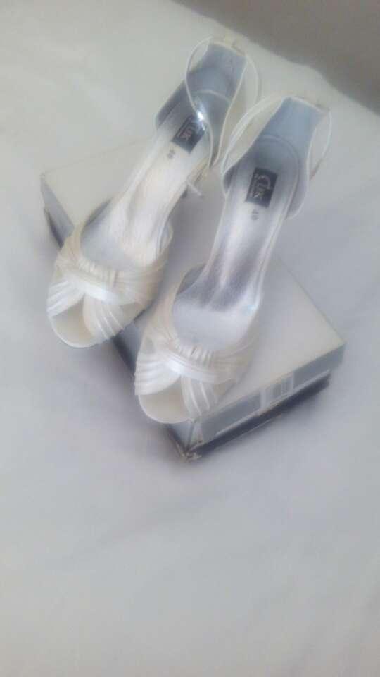 Imagen Zapatos de raso blancos