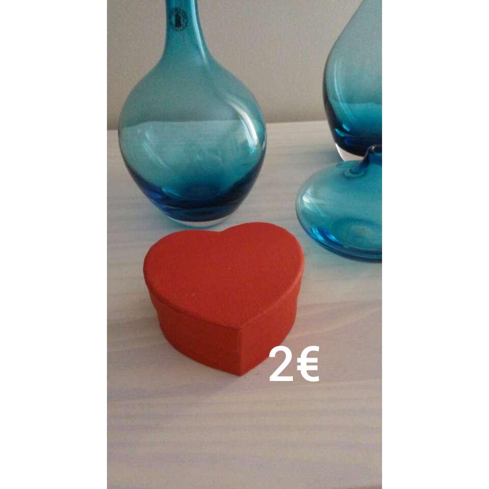 Imagen caja de corazón con corcho