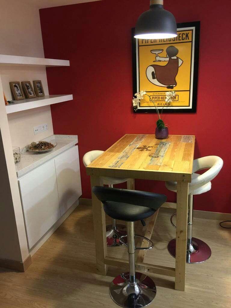 Imagen mesa alta de madera maciza,rustica,vintage,personalizada,a medida,restaurante,cafetería, oficina, cocina,casa