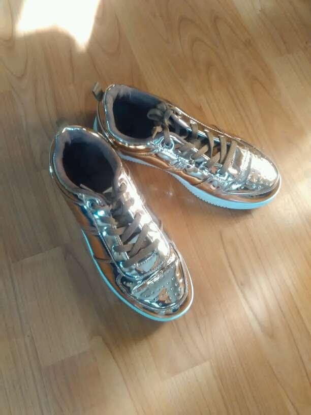 Imagen zapatillas doradas. nuevas