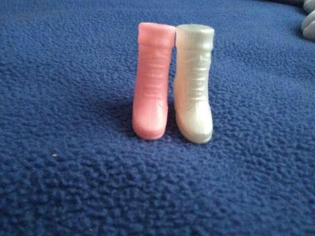 Imagen botas barbie desparejada