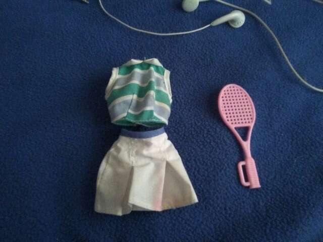 Imagen traje tenista y raqueta barbie