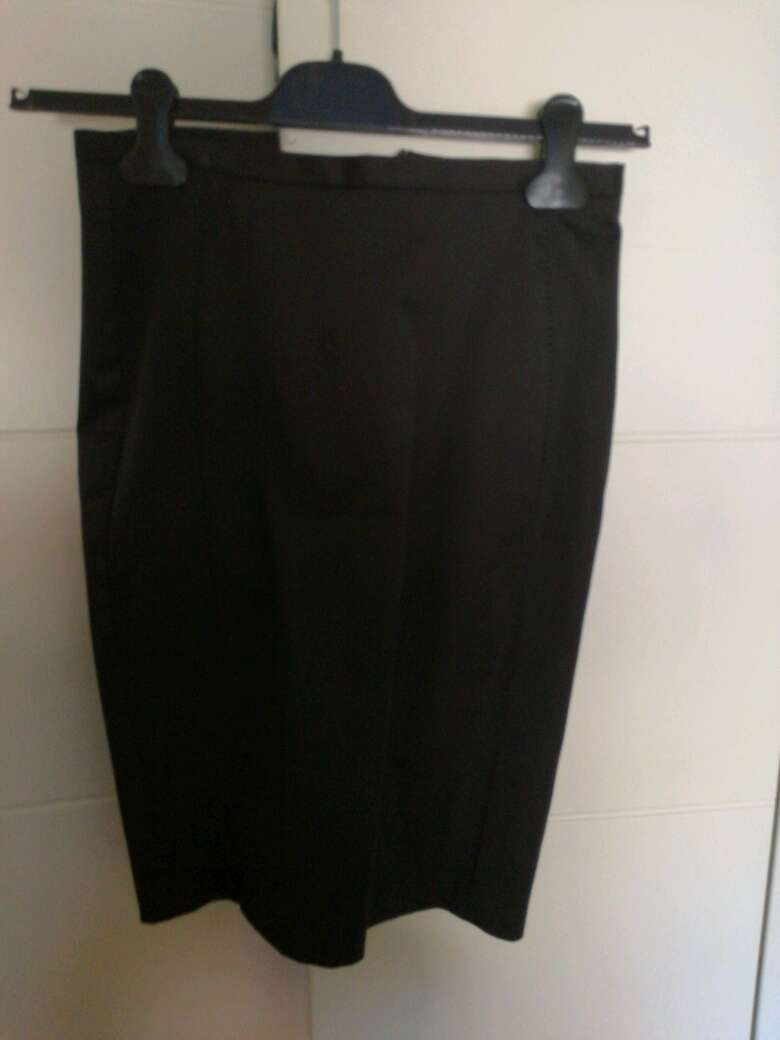 Imagen falda de tubo y camisa turquesa