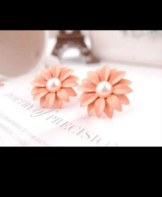 Imagen producto Pendientes Margarita color coral claro ideal para esta primera 2