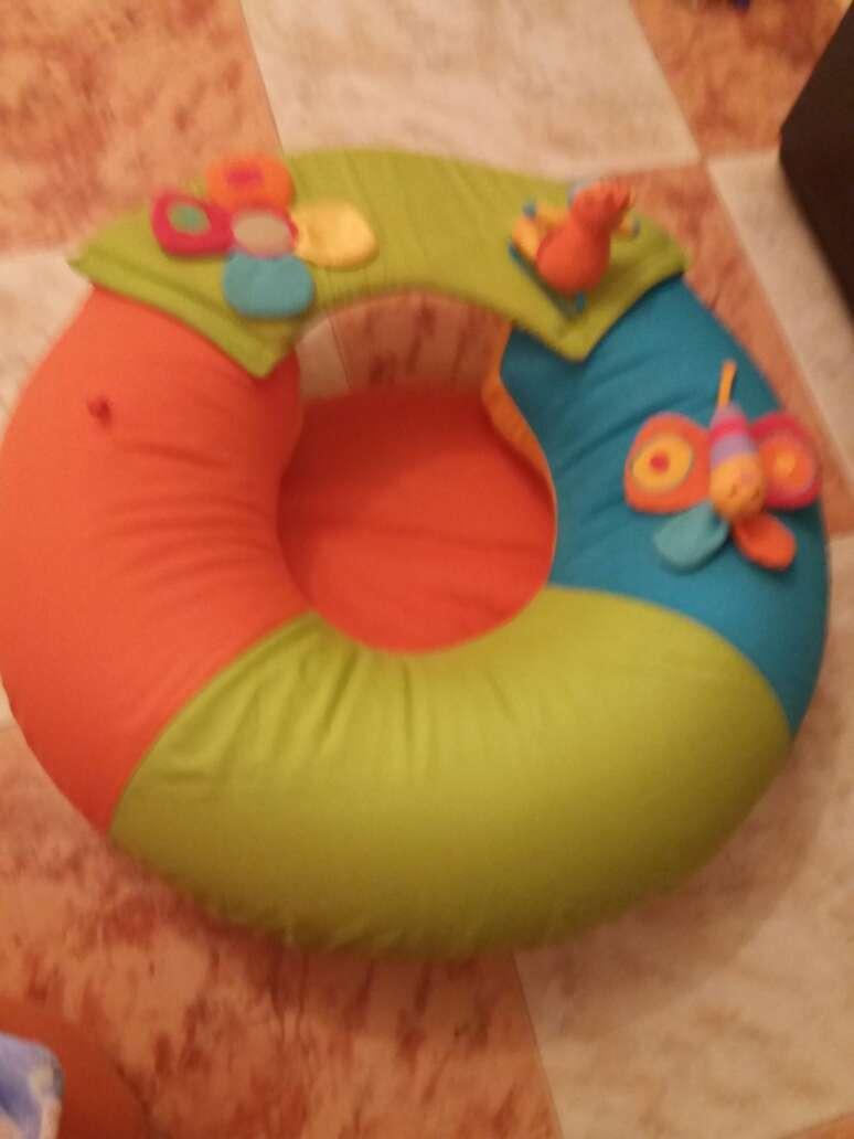 Imagen para que el bebé empiece a dar sus primeras sentaditas sin caerse para los lados. con muñequitos con ruido.