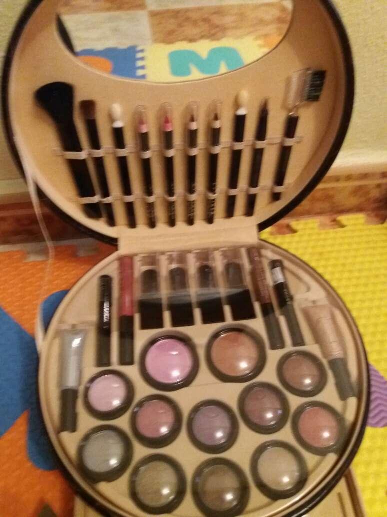 Imagen precioso maletín de maquillaje. sombras de ojos. rimel  pinta uñas. delineador  etc. es muy completó y muy buena calidad