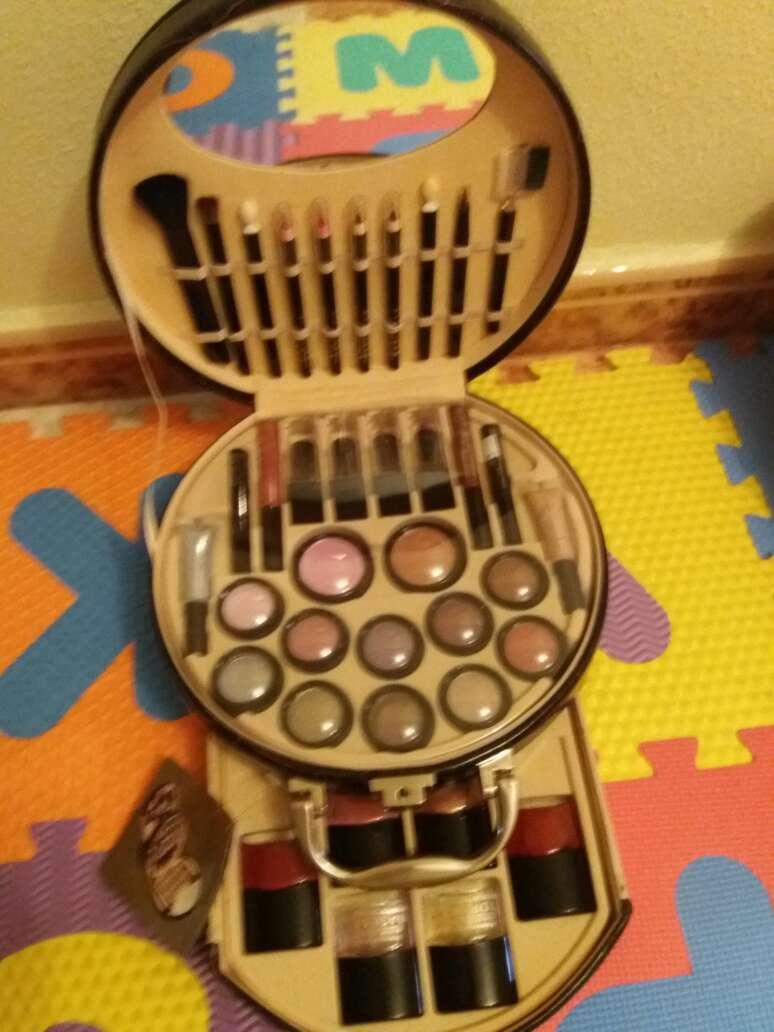 Imagen producto Precioso maletín de maquillaje muy completó  3