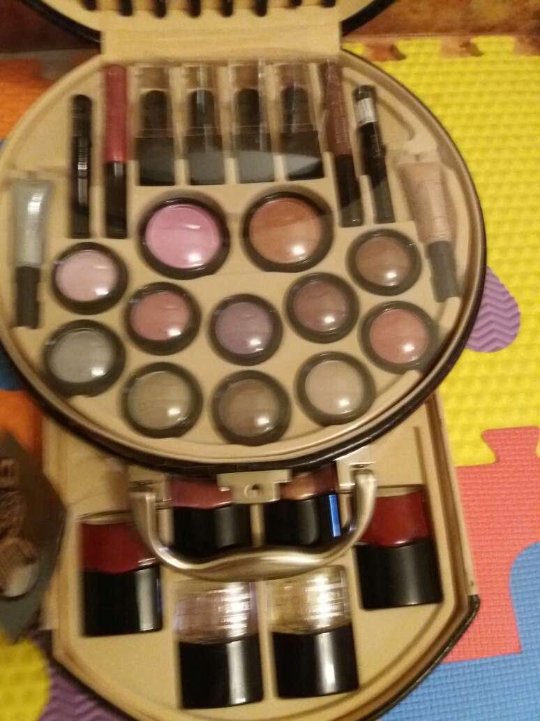 Imagen producto Precioso maletín de maquillaje muy completó  2