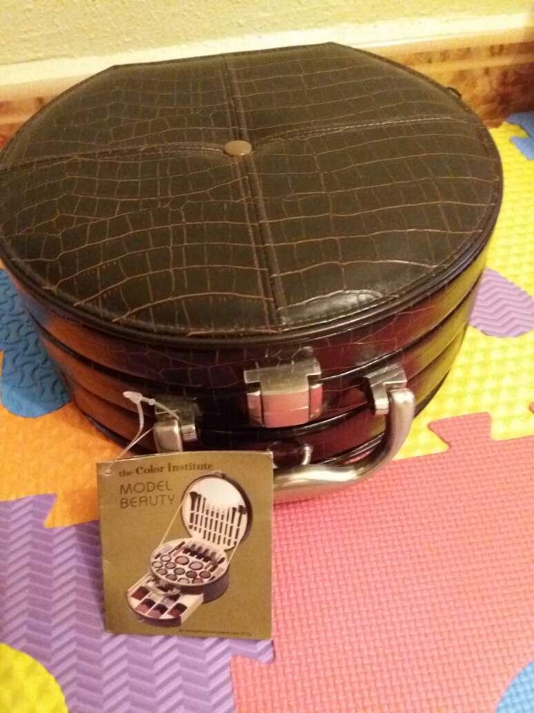 Imagen producto Precioso maletín de maquillaje muy completó  4