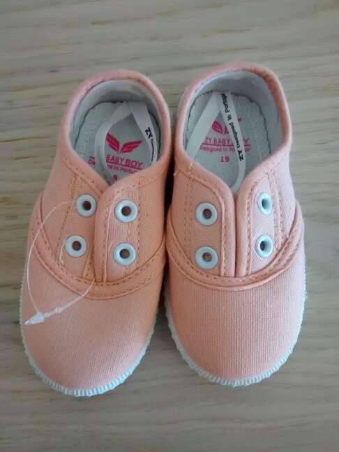 Imagen Zapatillas bebé talla 19 nuevos.