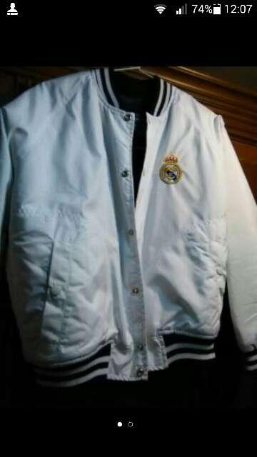 Imagen chaqueta del Real Madrid a estrenar talla s