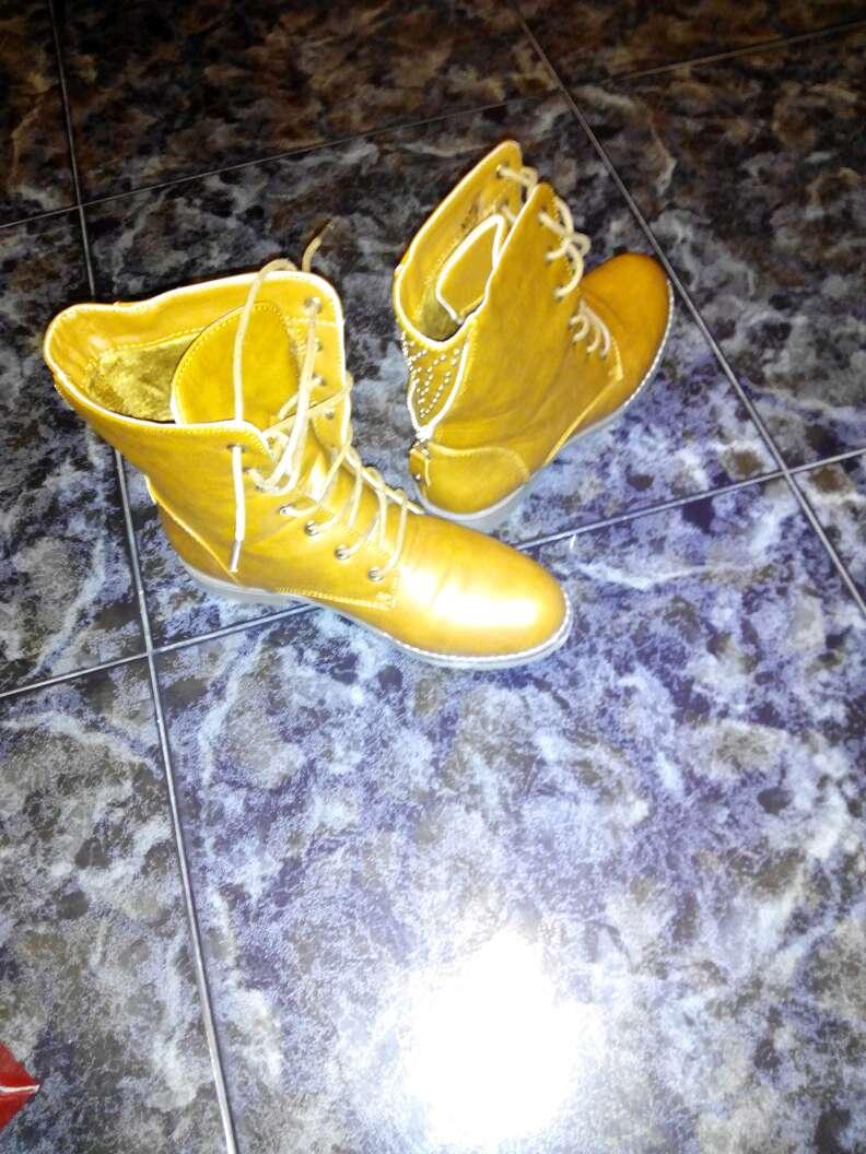 Imagen zapatos talla 38 algún 37 y algún 39 pero mas 38 y ropa y oro