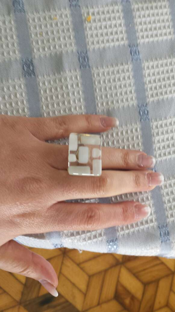 Imagen vendo anillo de cristal