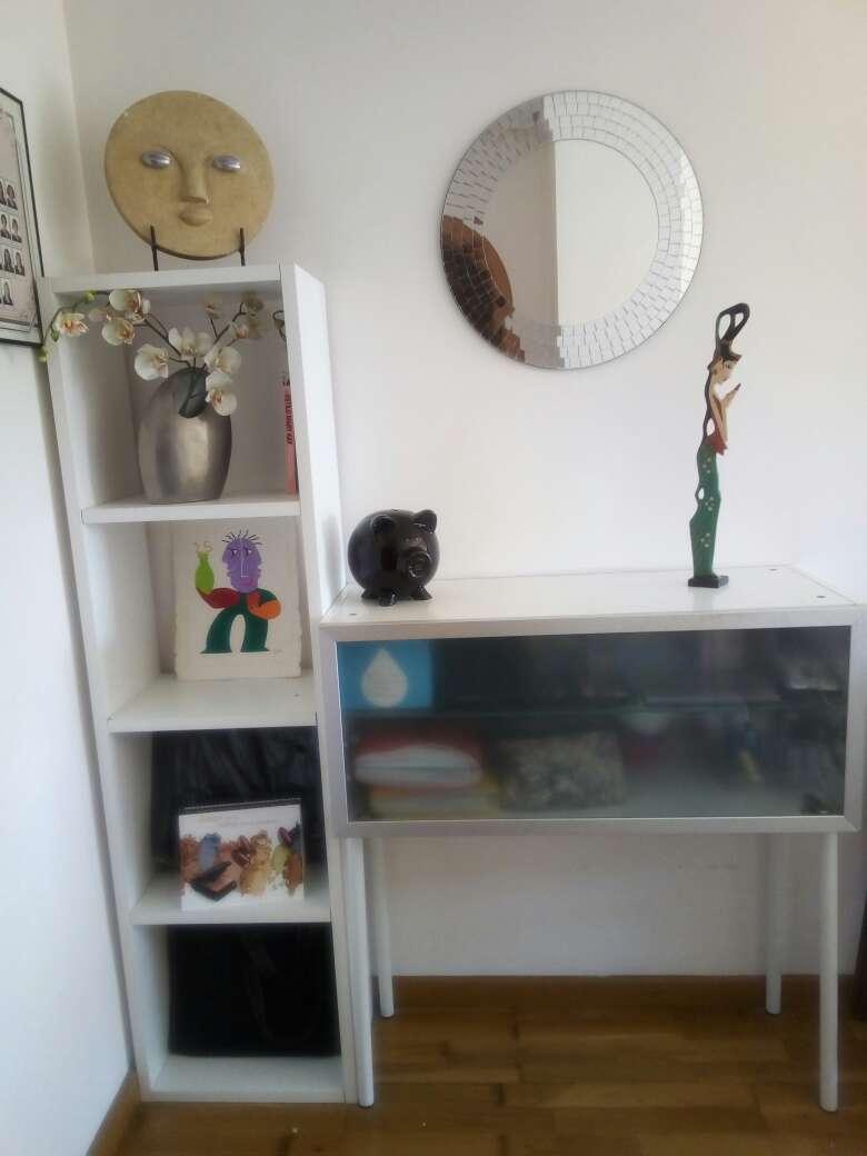 Imagen estanteria con aparador y espejo.