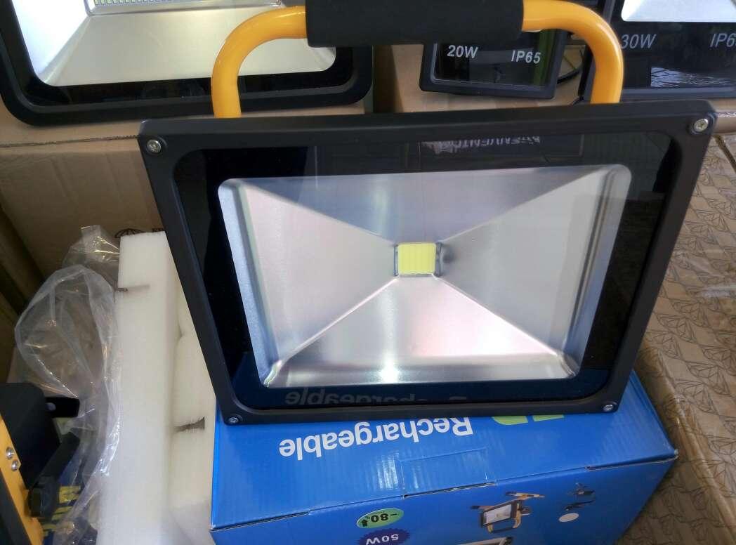 Imagen producto Foco led 30w con bateria luz blanca nuevo. 2