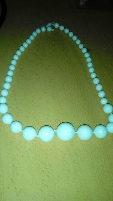 Imagen collar  bolas blancas