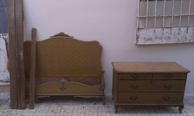 Imagen cama y comodita con tapizado antigua