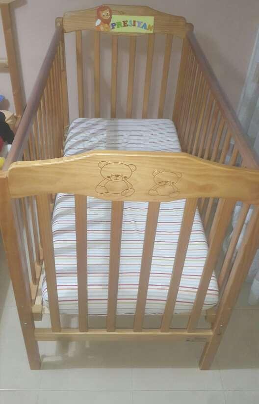 Imagen cuna de madera para bebe
