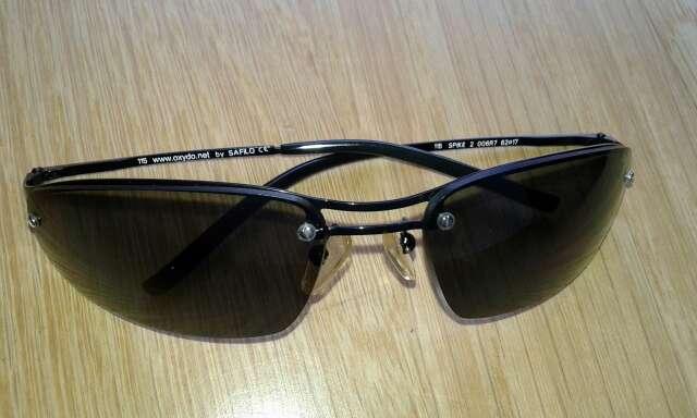 Imagen gafas de color negro con funda