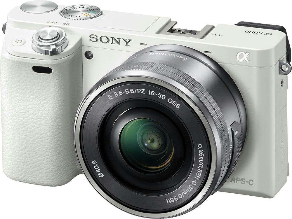 Imagen cámara SONY a6000 blanca. con funda de piel blanca a juego