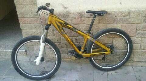 Imagen bicicleta de montaña con horquilla rst de descenso