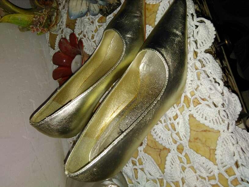 Imagen zapatos tono dorado