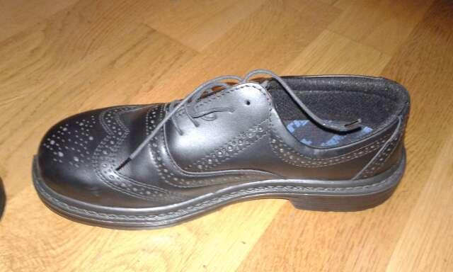 Imagen producto Zapatos de color negro con punta reforzada para trabajar a estrenar talla 43 2