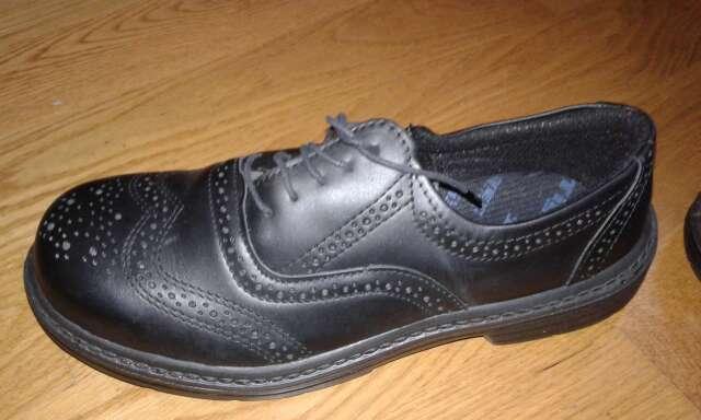 Imagen zapatos de color negro con punta reforzada para trabajar a estrenar talla 43