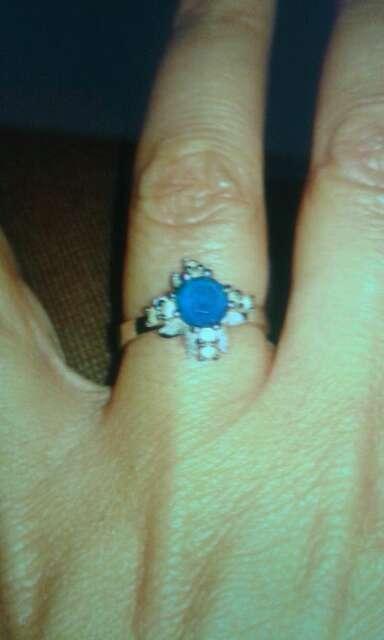 Imagen anillo de plata y zafiro azul y circonitas