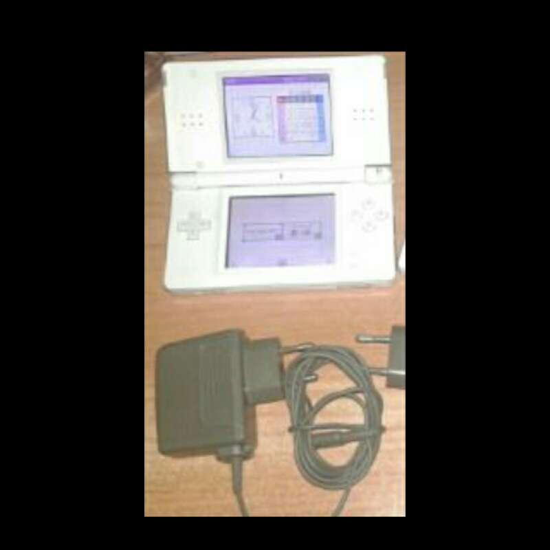 Imagen consola más cargador Nintendo Ds