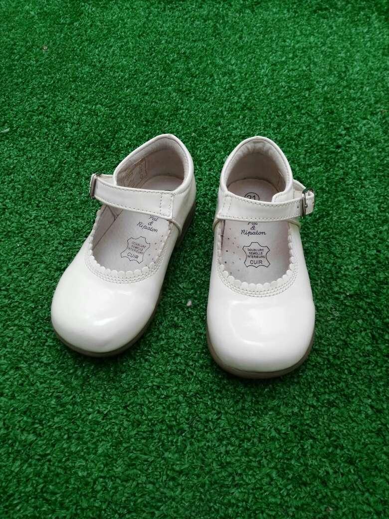El calzado de poca calidad propicia la aparición de hongos en los pies, no se adapta con soltura, hace rozaduras y no son confortables. Si buscas los primeros zapatos para tu bebé, cuando empieza a dar los primeros pasos, las tallas son totalmente distintas.