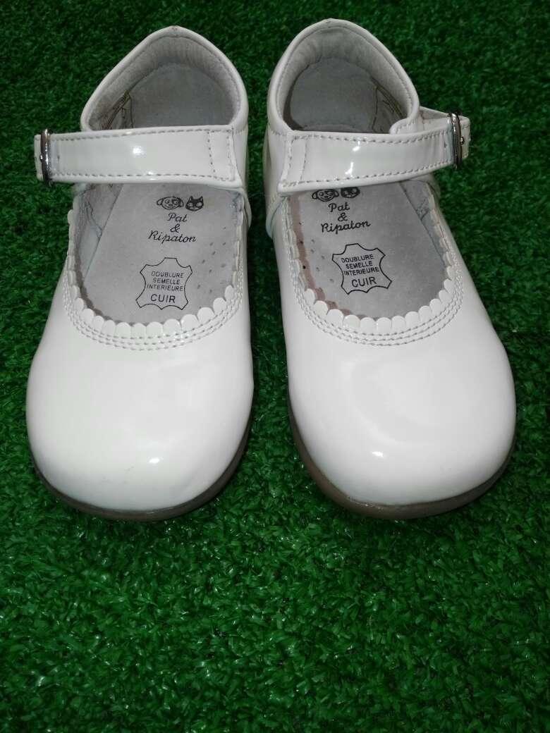 Home Zapatos de Niño Talla 21 Zapatos de niño talla 21 Los zapatos de niño de la talla 21 disponibles en esta selección de Zapatos De Talla, le proporcionan a los niños en torno a los 18 meses de edad el confort, flexibilidad y la resistencia necesarias para favorecer el óptimo desarrollo de sus pies.