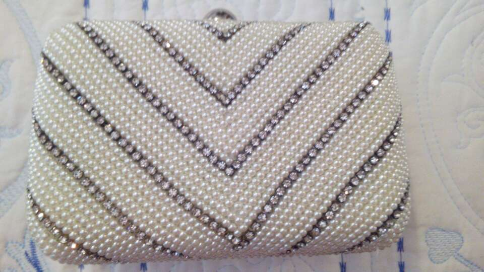 Imagen producto Bolso fiesta con perlas blancas y brillantes 1