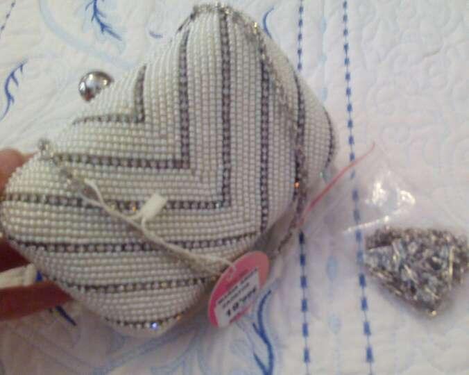 Imagen producto Bolso fiesta con perlas blancas y brillantes 3