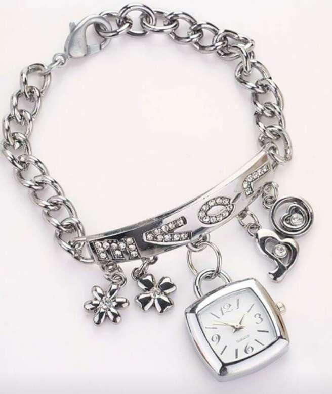 Imagen pulsera con reloj y adornos