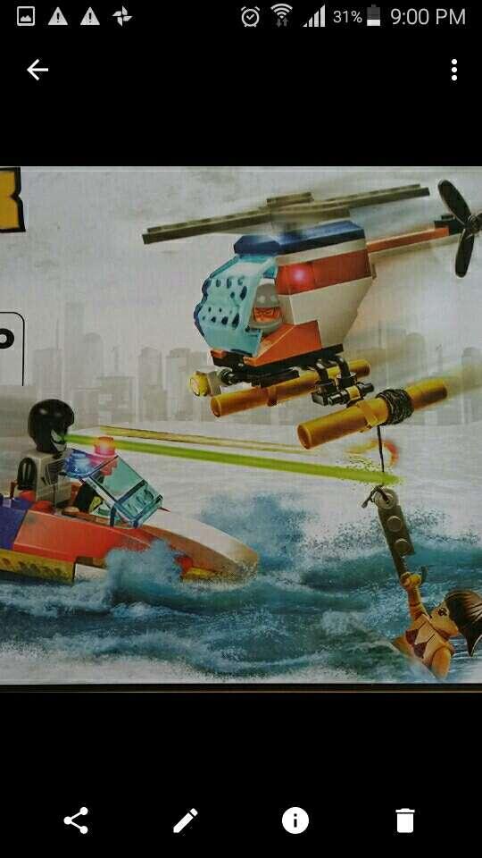 Imagen elicoptero. lancha y tres figuras