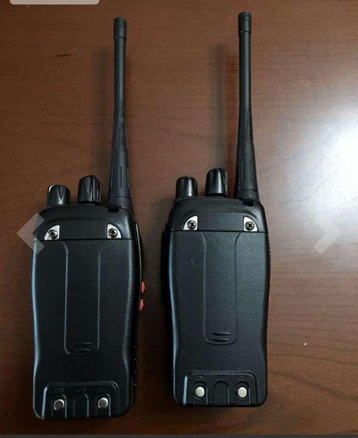Imagen producto ESYNiC Walkie Talkie de Largo Rango UHF 400-470MHz 16 Canales Linterna LED con Auriculares FM Transceptor Portátil para Sobrevivir en el Campo Ciclismo y Excursionismo 4