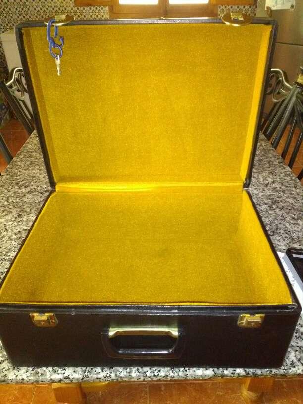 Imagen maletín de madera antiguo forrado