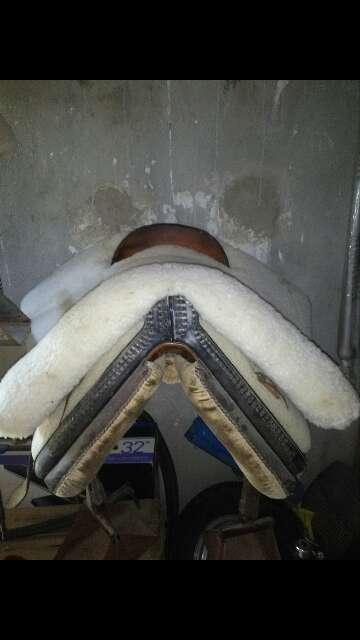 Imagen silla de montar con su funda de borrego