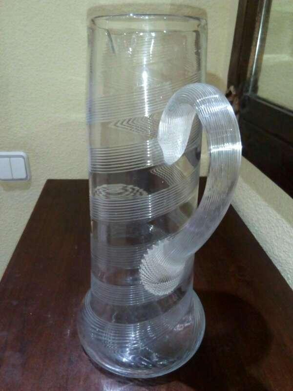 Imagen jarra de cristal con grabados