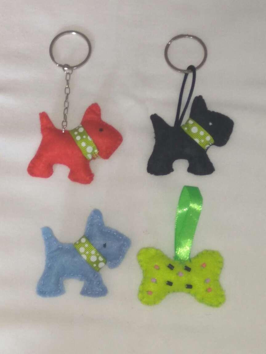 Imagen producto Llaveros de fieltro y broche de perros 1
