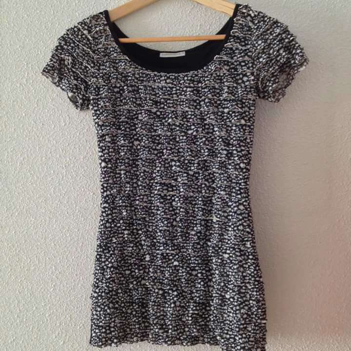 Imagen producto Seminueva Camiseta volantes blanco negro  3