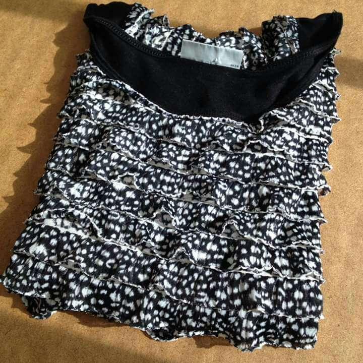 Imagen producto Seminueva Camiseta volantes blanco negro  4