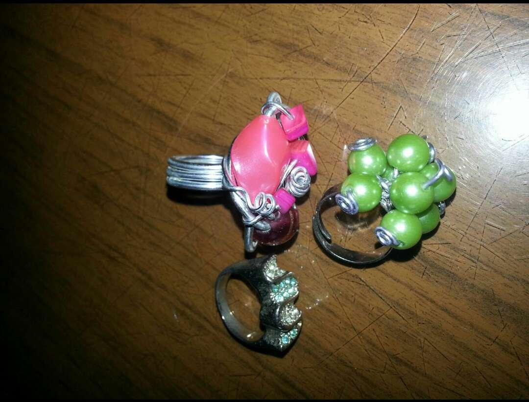 Imagen Anillos con piedras de colores.